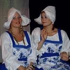 De foto van: Claire en Marjolein als de Hollandse Tijden Meiden