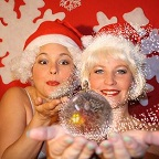 De foto van: Claire en Marjolein als The Santababies