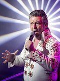 Een foto van de lookalike en imitator van Elvis Presley