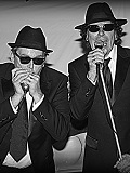 Een foto van de lookalike en imitator van The Blues Brothers