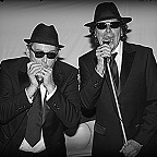 De foto van de lookalike en imitator van  The Blues Brothers